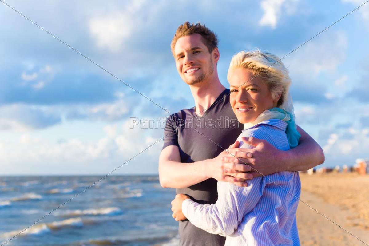 pareja, en, la, puesta, del, sol - 12205916