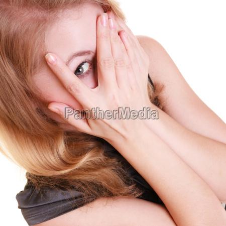 timida mujer asustada espiando con los