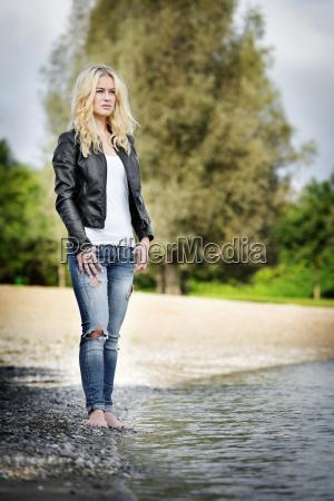 mujer descalza en el lago