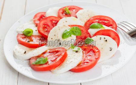 ensalada caprese italiana con tomate y