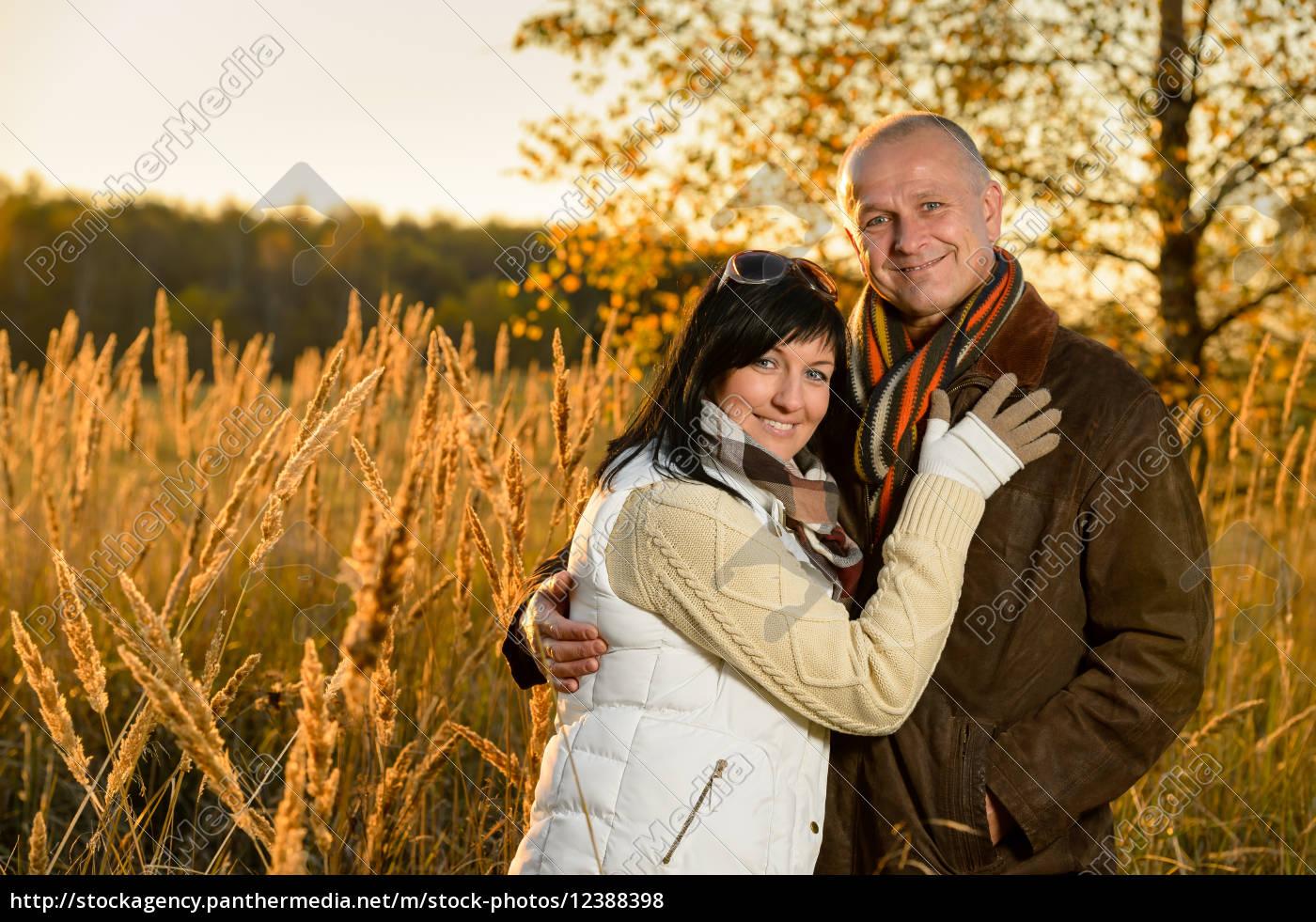 pareja, abrazándose, en, el, campo, atardecer - 12388398