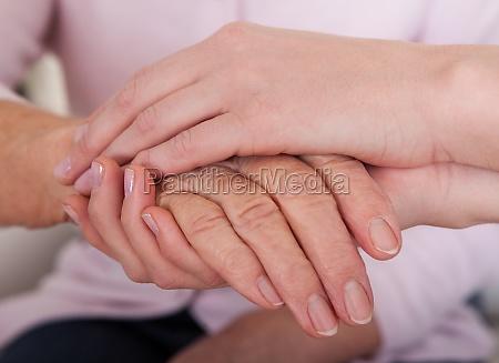 joven mujer sosteniendo la mano de