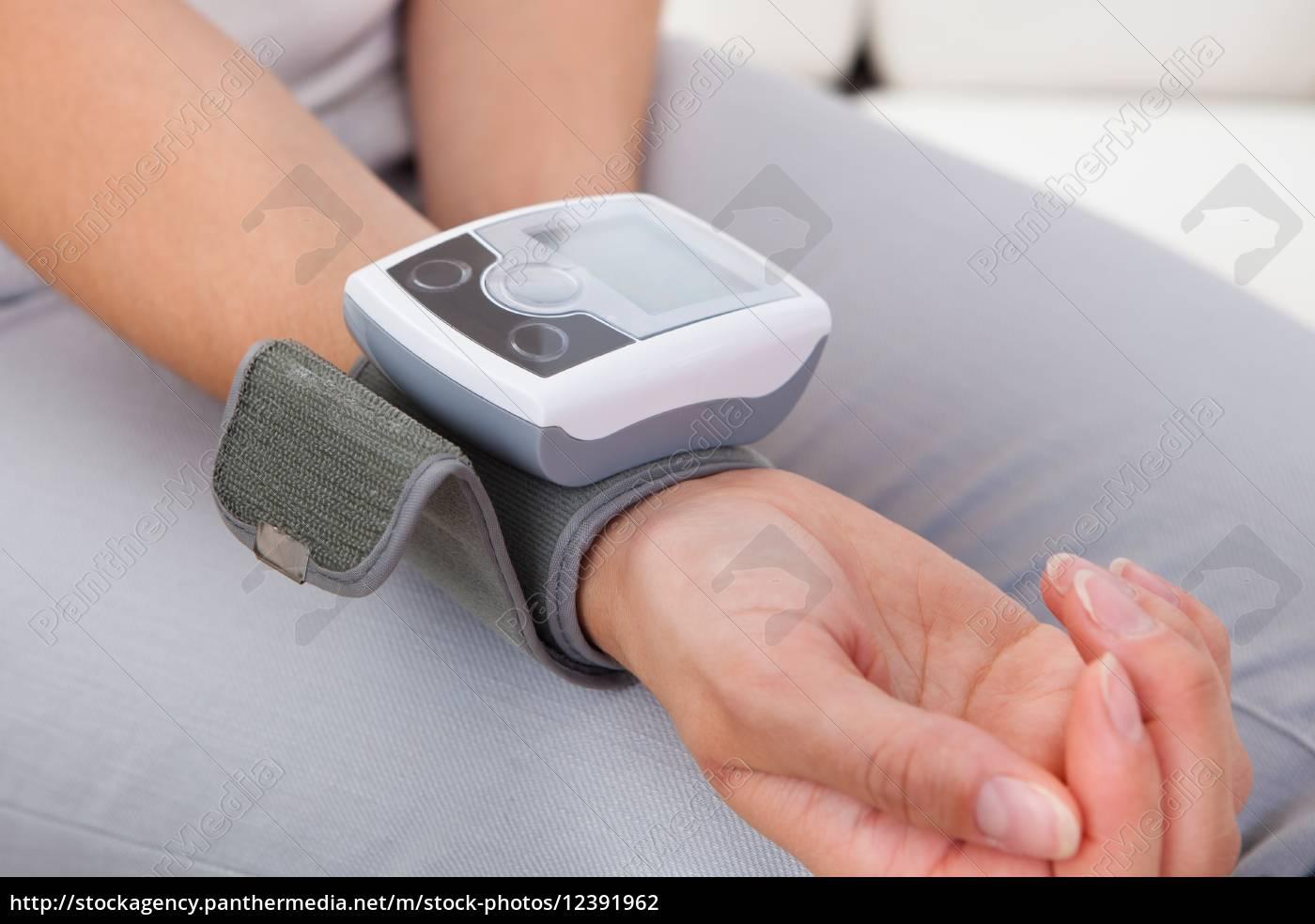mujer, midiendo, su, presión, sanguínea - 12391962