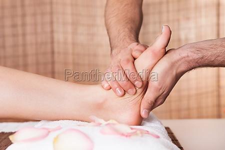 joven y masaje de pies bella