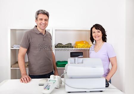 dos vendedores en la tienda