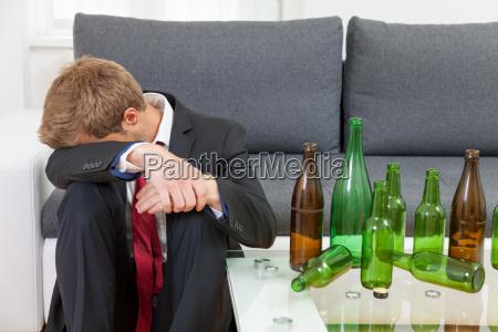 deprimido hombre de negocios borracho en
