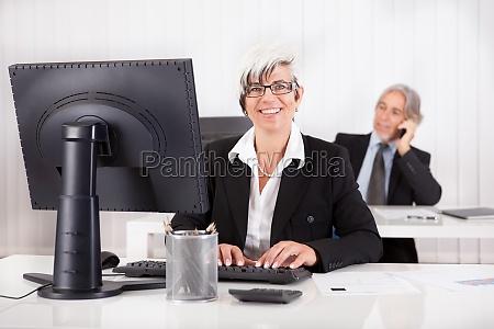 secretaria sonriente o asistente personal