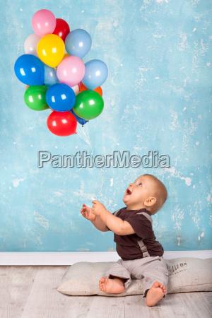 ninyo jugando con globos