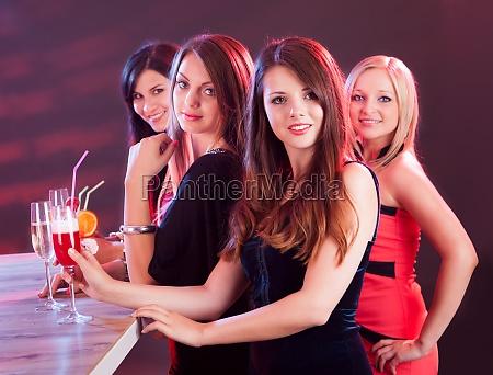 hermosas mujeres en una noche fuera