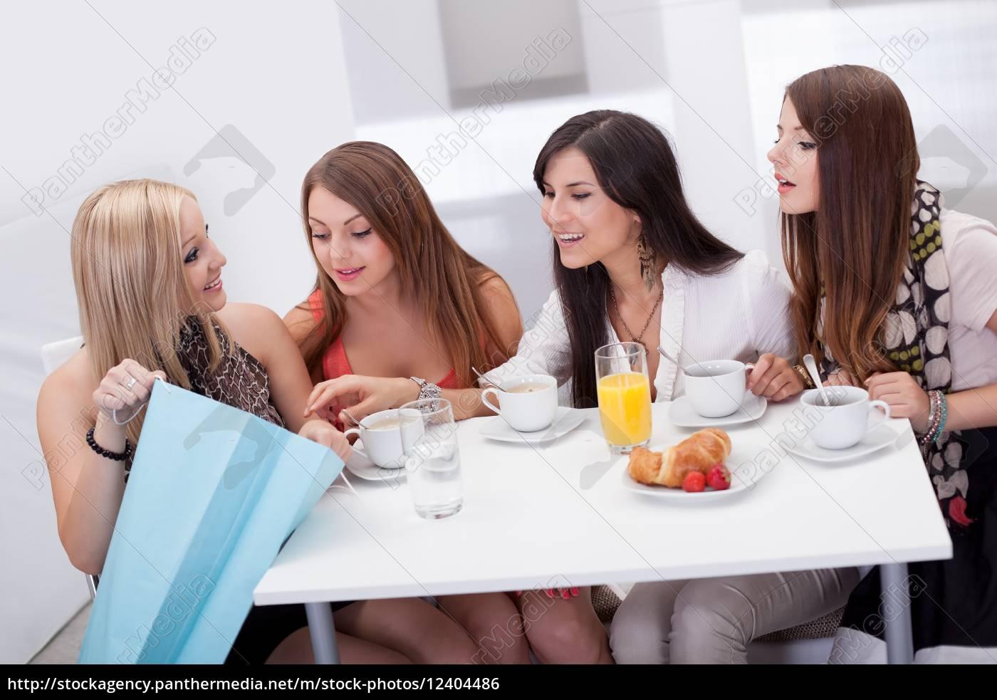 amigos, de, las, mujeres, que, buscan - 12404486