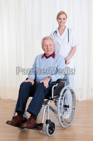 medico mujer risilla sonrisas viejo discapacidad