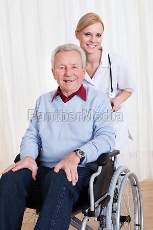 medico mujer masculino discapacitado paciente fondos