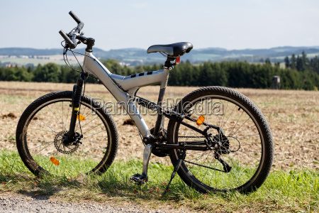 moto aparcada en un prado