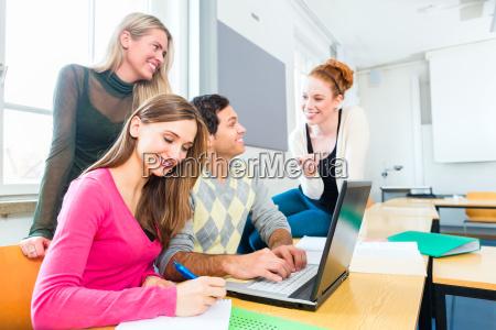 estudiantes del grupo uni trabajan