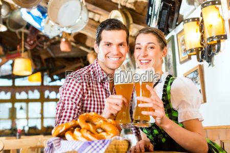 pareja bebe cerveza de trigo en