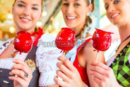 las novias comen manzanas confitadas en