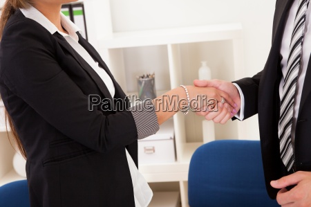 hombre de negocios y mujer sacudarir