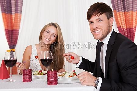 joven pareja disfrutando de una cena