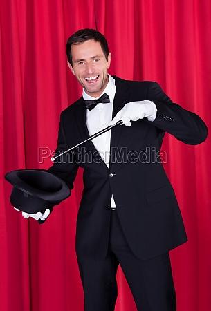 un mago en un traje negro