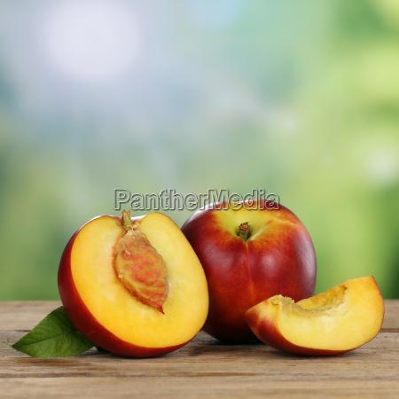 frutas nectarinas en verano con espacio