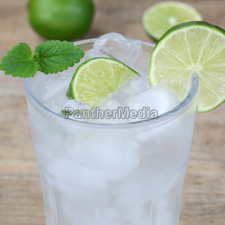 beber agua o agua mineral con