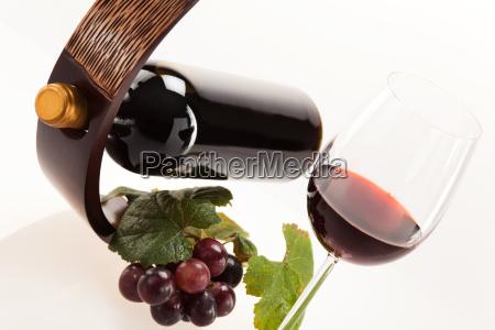 vino rojo en vidrio con frutas