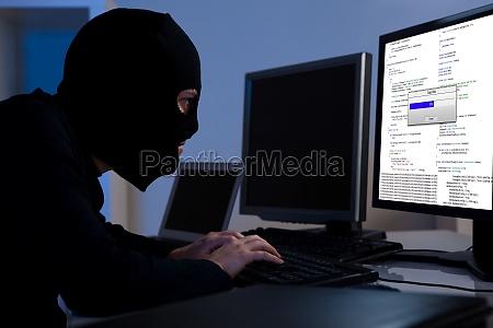 hacker descarga de informacion de una
