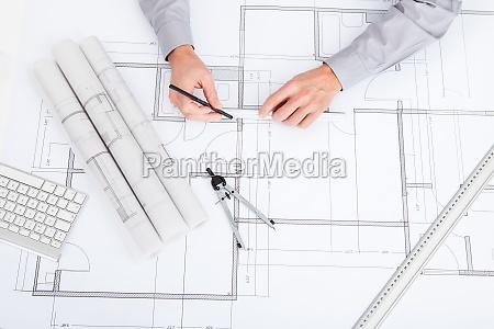 arquitecto dibujo sobre blueprint