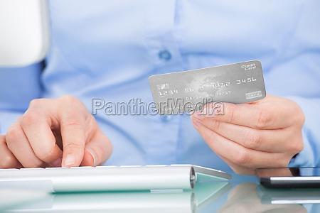 persona que sostiene la tarjeta de