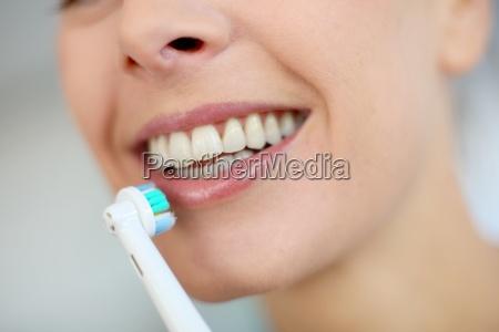 primer en dientes de la mujer