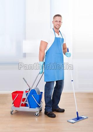 conserje limpiando pisos de madera
