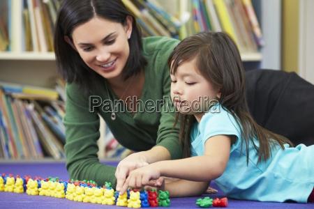 pupila elemental contando con el profesor