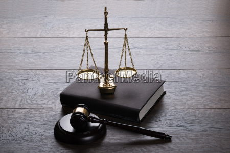 juez martillo y escalas