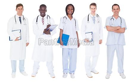 medicos multietnicos sobre fondo blanco