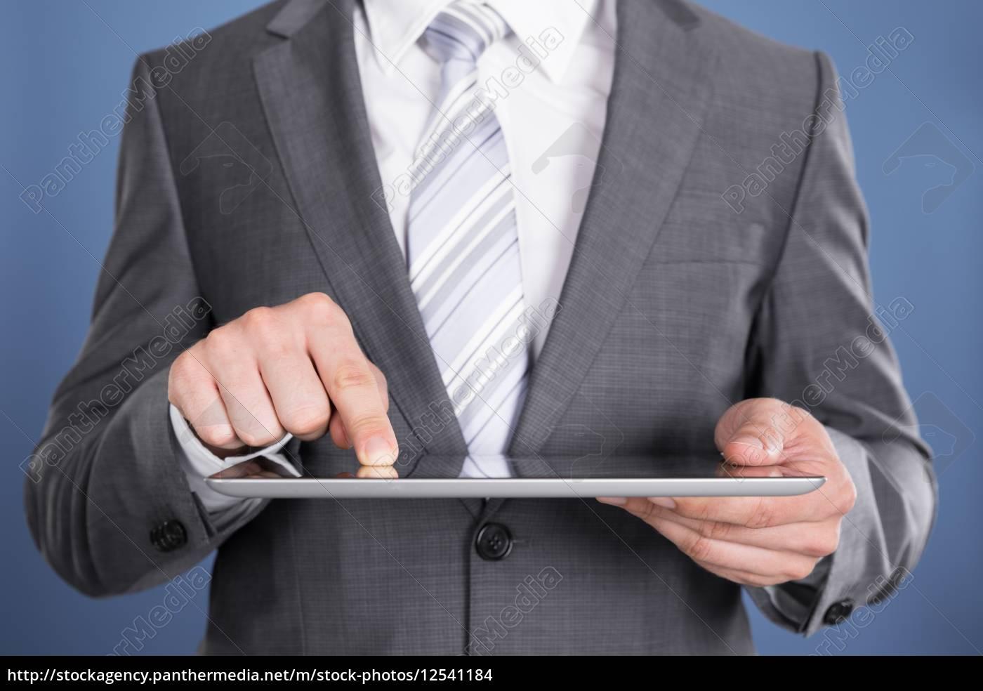 apuntando, a, mano, en, la, pantalla - 12541184