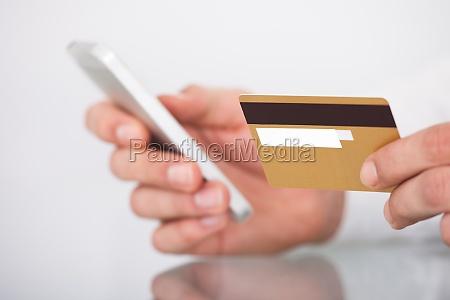 hombre de las compras con tarjeta