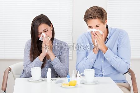 pareja que sufre de frio en