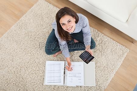 mujer calculo de finanzas de casa