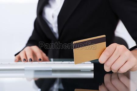empresaria con tarjeta de credito