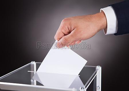 empresario inserto urna en la caja