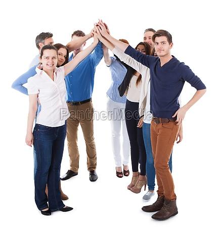 grupo diverso de personas haciendo alto
