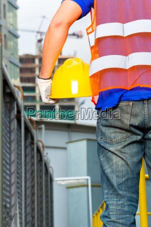 trabajador en obra con casco o