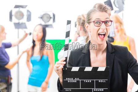mujer con claqueta en la produccion
