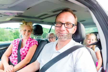 familia viaja en coche en las