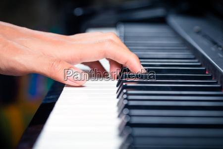 pianista, masculino, asiático, tocando, el, piano - 12558958