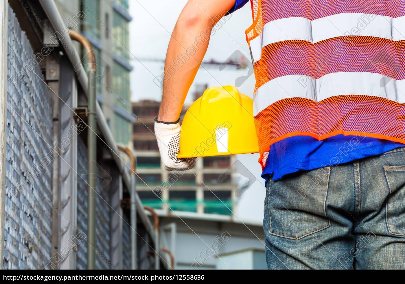trabajador, en, obra, con, casco, o - 12558636