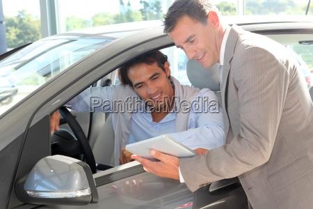 vendedor de coches con el comprador
