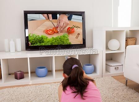 mujer viendo television