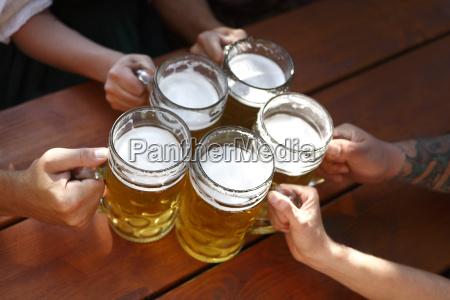 gente bebiendo cerveza en una taberna