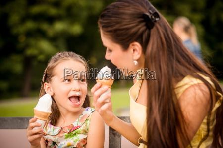 madre e hijo disfrutando de helado